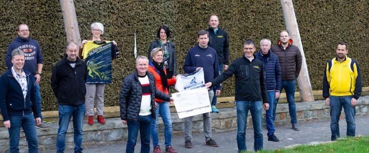 Salzkotten Marathon 2020 überreicht Spendenscheck über 6.500 € an Salzkottener Vereine.